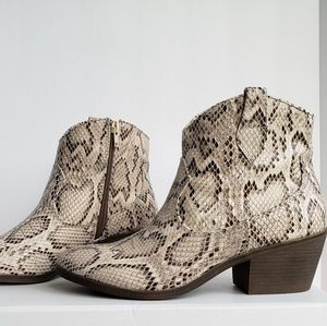 NIB Boa Python Textured Natural Cream Ankle Boots